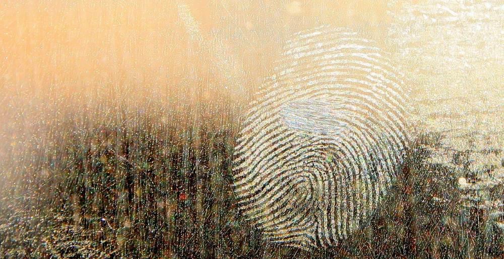 Thumb zum Blog Beweise und Forensik auf deinem PC, wie ein Fingerabdruck auf der Fensterscheibe